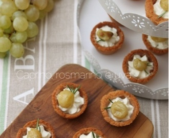 Tartellette finger food: caprino, rosmarino e uva