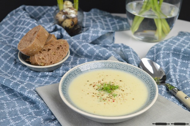 Cremige Kartoffel Käse Suppe / Creamy Potato Soup with Cheese and Herbs