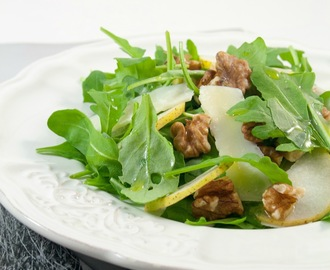 Insalata di rucola, noci, pere e grana a scaglie / Arugula salad with walnuts, pears and Parmesan cheese flakes