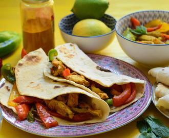 Fajitas caseras de pollo al curry.