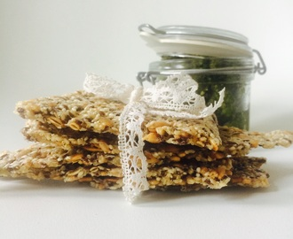 Snacks: Seed crisp bread and spinach pesto