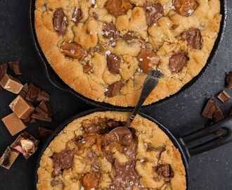 Chocolate chip cookie skillet pie med mrs curlie´s fudge