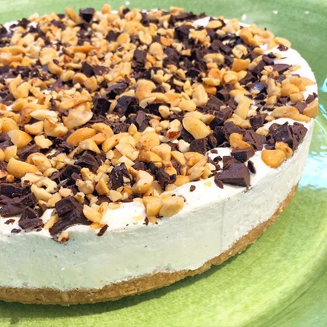 LCHF Snickers Cheesecake med chokladtwirl
