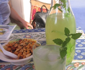 Limonade mit Zitronenmelisse (Old-Fashioned Lemon Balm Lemonade)