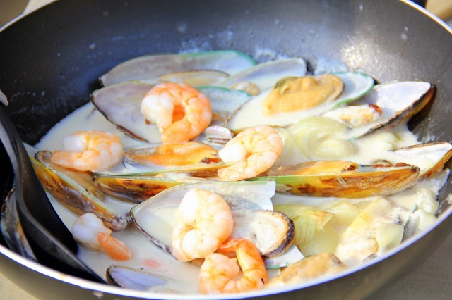 SAWClicious Recipes: Shrimps and Mussels in Coconut Milk (Ginataang Tahong at Hipon)