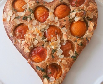 Tarte fond financier noisettes, abricots, basilic petites feuilles (Financial pie background hazelnuts, apricots, basil small leaves)