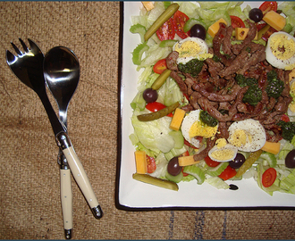 Green salad with beef strips and basil pesto