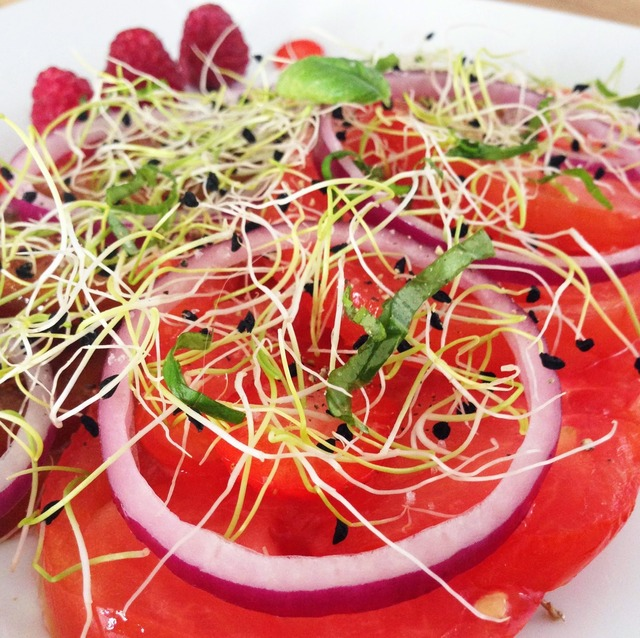 Salade rouge passion : tomates, oignons rouges, fruits rouges, germes et basilic...