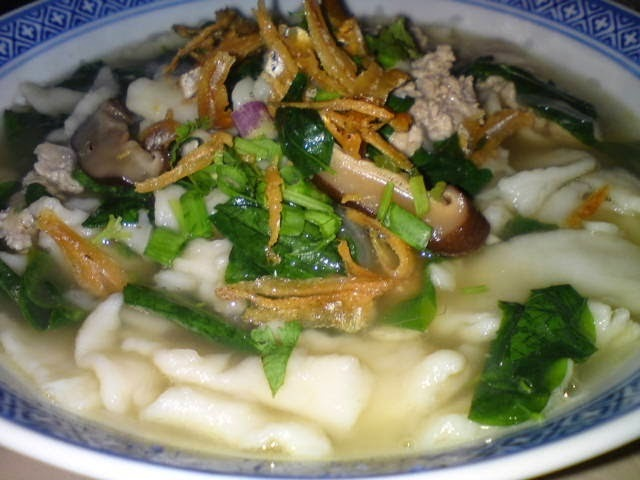 Mee Hoon Kueh - 麵粉粿 (Hand Made Noodles) Soup