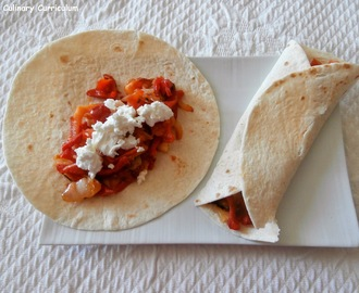 Wrap chaud tomates, poivrons, oignons et chèvre frais (Wrap hot tomatoes, peppers, onions and goat cheese)