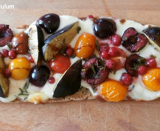Bruschetta tomates cerises, mozzarella, cerises, figues, (jambon cru) et romarin ( Bruschetta with cherry tomatoes, mozzarella, cherries, figs, (ham) and rosemary)