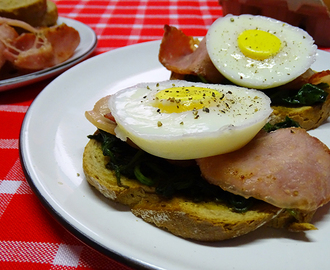 Poached egg with bacon and spinach on rye
