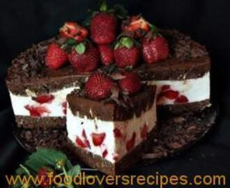 CAKE WITH CHOCOLATE, MASCARPONE AND STRAWBERRIES