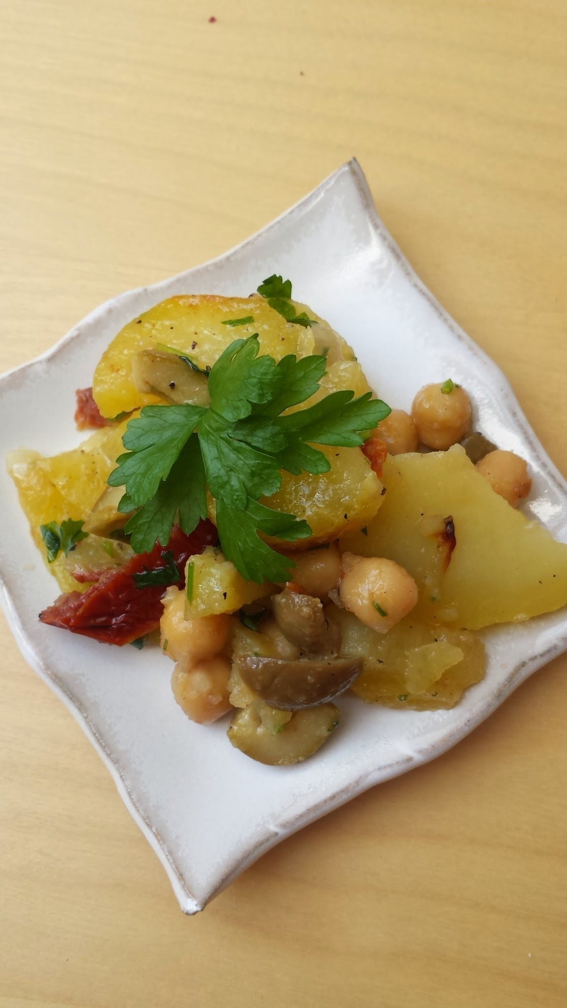 Bratkartoffelsalat mit getrockneten Tomaten und Kichererbsen   -    roasted potato salad with sundried tomatoes and chickpeas