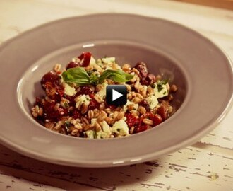 Video/ Healthy Food: insalata di farro, prova questa versione fresca e leggera con pomodorini, pesto e feta!