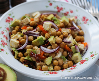 Salat mit Kichererbsen, Avocado und getrocknete Tomaten/ Salad with chickpeas, avocado and dried tomatoes