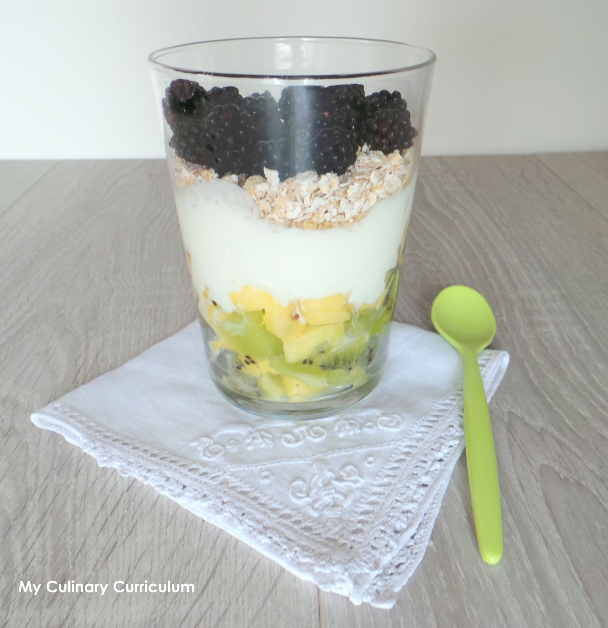 Yaourt aux fruits, sirop d'érable et flocons d'avoine (Fruit yogurt, maple syrup and oatmeal)