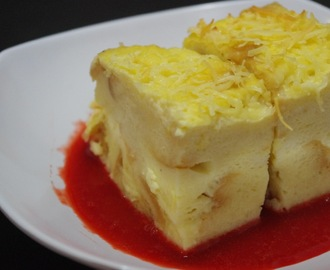 Puding Roti Keju dengan Saus Strawberry