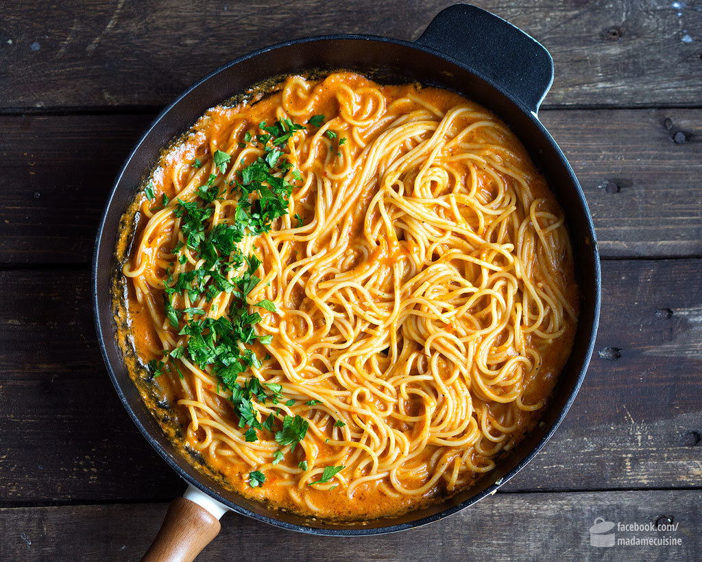 Spaghetti in roter Paprikasauce