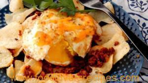BREAKFAST NACHOS WITH POTATO CHIPS