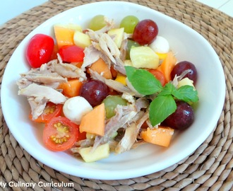 Salade de poulet rôti au raisin, melon, mangue, tomates cerises.... et mozzarella (Roast chicken salad with grapes, melon, mango, cherry tomatoes and mozzarella ...)