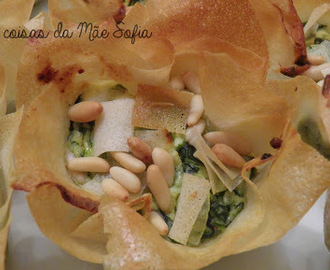 Mini tartes gregas de espinafres e pinhões / Mini Greek spinach and pine nut pies