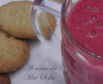 Batido de laranja, banana e frutos vermelhos / Orange, banana and red berries smoothie