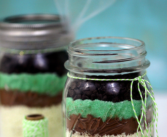 Share Luck with these St. Patrick's Day Hot Cocoa Mason Jar Gifts
