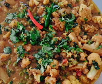 Flower Matar Rassa Bhaji (Cauliflower and Green Peas Gravy)