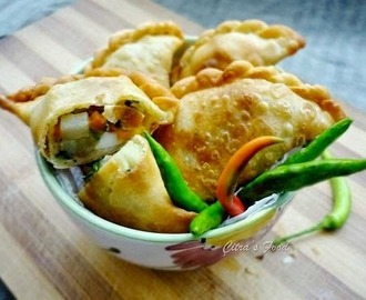 Pastel goreng yang renyah (Indonesian style vegetables filled crunchy pastry)