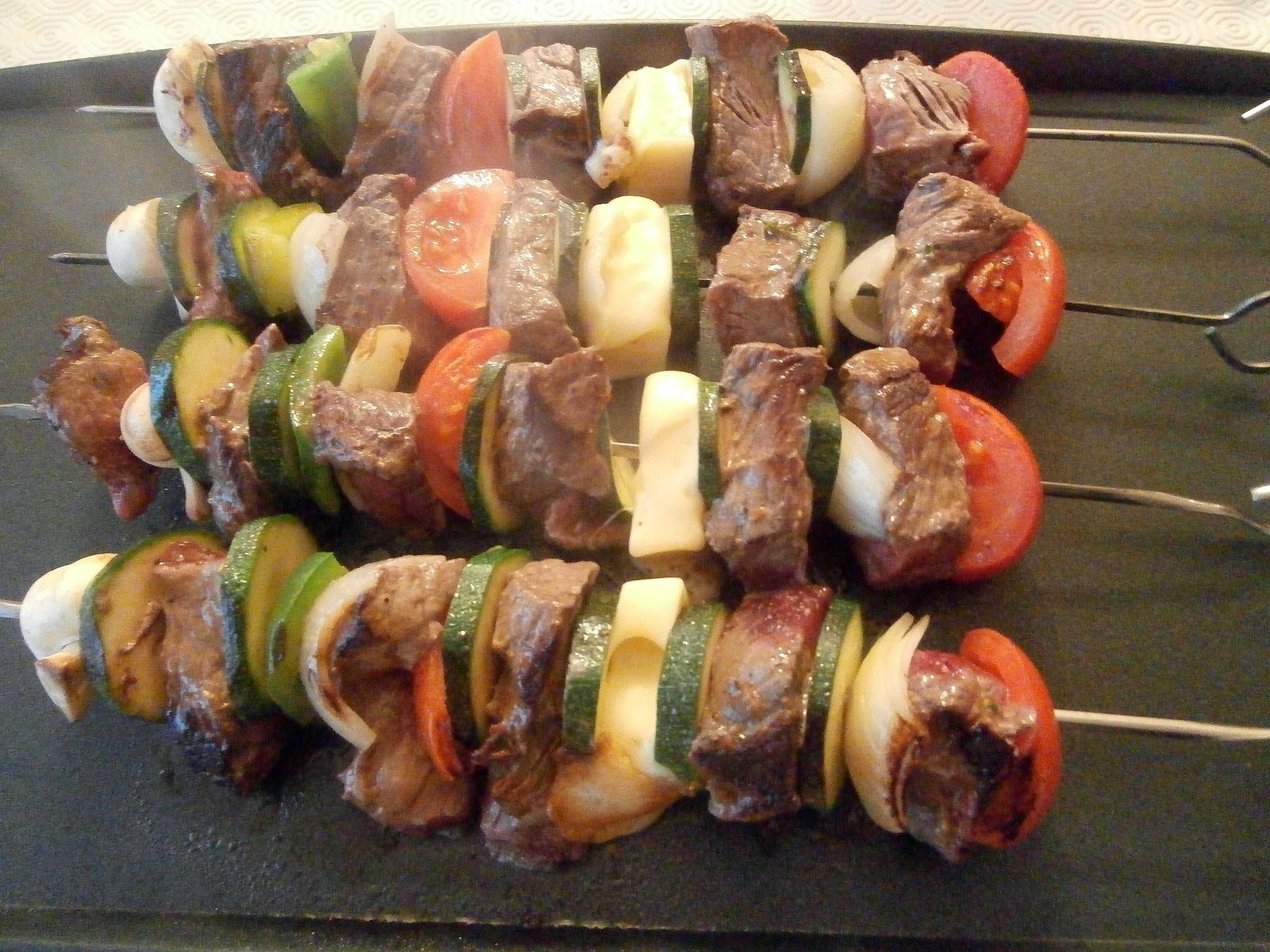 Brochettes de bœuf marinées aux herbes et sauce gorgonzola (Beef skewers marinated with herbs and gorgonzola sauce)