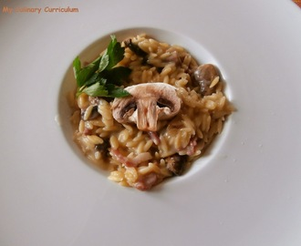 Pastasotto ou risotto de pâtes risetti aux champignons et lardons (Pastasotto  or risotto risetti pasta with mushrooms and bacon)
