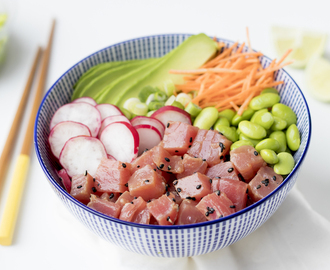 Poké bowl met gemarineerde tonijn