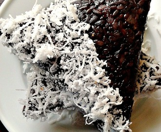 Lopes Pulut Hitam (Steamed Black Glutinous Rice with Palm Sugar Syrup)