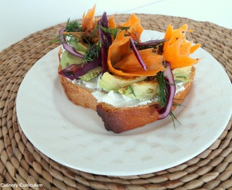 Tartine gourmande avocat, chou rouge et fromage frais (Gourmet sandwich avocado, red cabbage and cheese)