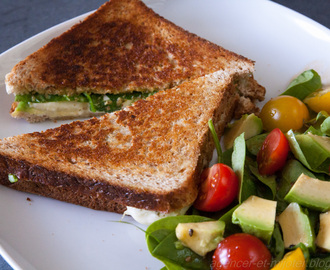 Grilled cheese sandwich : pesto, avocat, pousse d'épinards et mozzarella