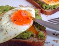"Idée brunch ""healthy"" : Tartines avocat - oeuf au plat"