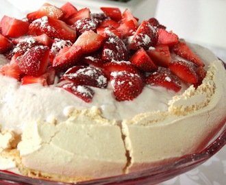Pavlova with Greek Yogurt and Strawberries