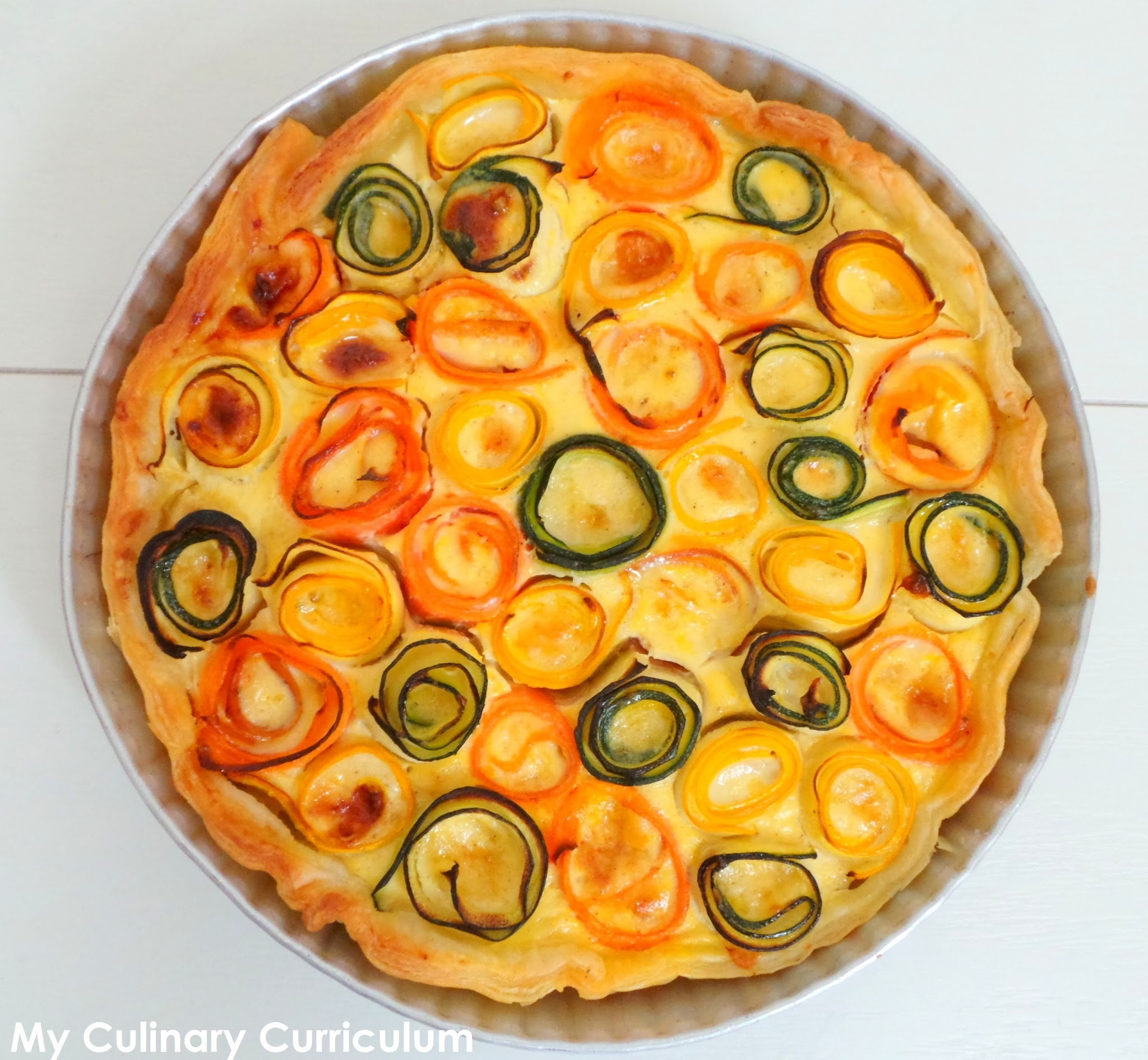 Tarte rose de légumes (carottes et courgettes) à la moutarde et au vieux cheddar (Rose vegetable pie  (carrots and zucchini) with mustard and old cheddar)