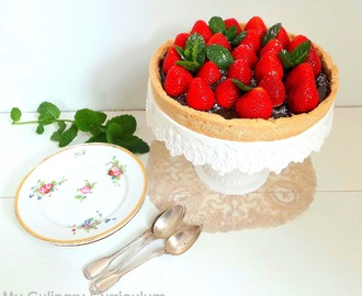 Tarte aux fraises et au chocolat au lait sur sablé shortbread (Strawberry and milk chocolate tart on shortbread pastry)