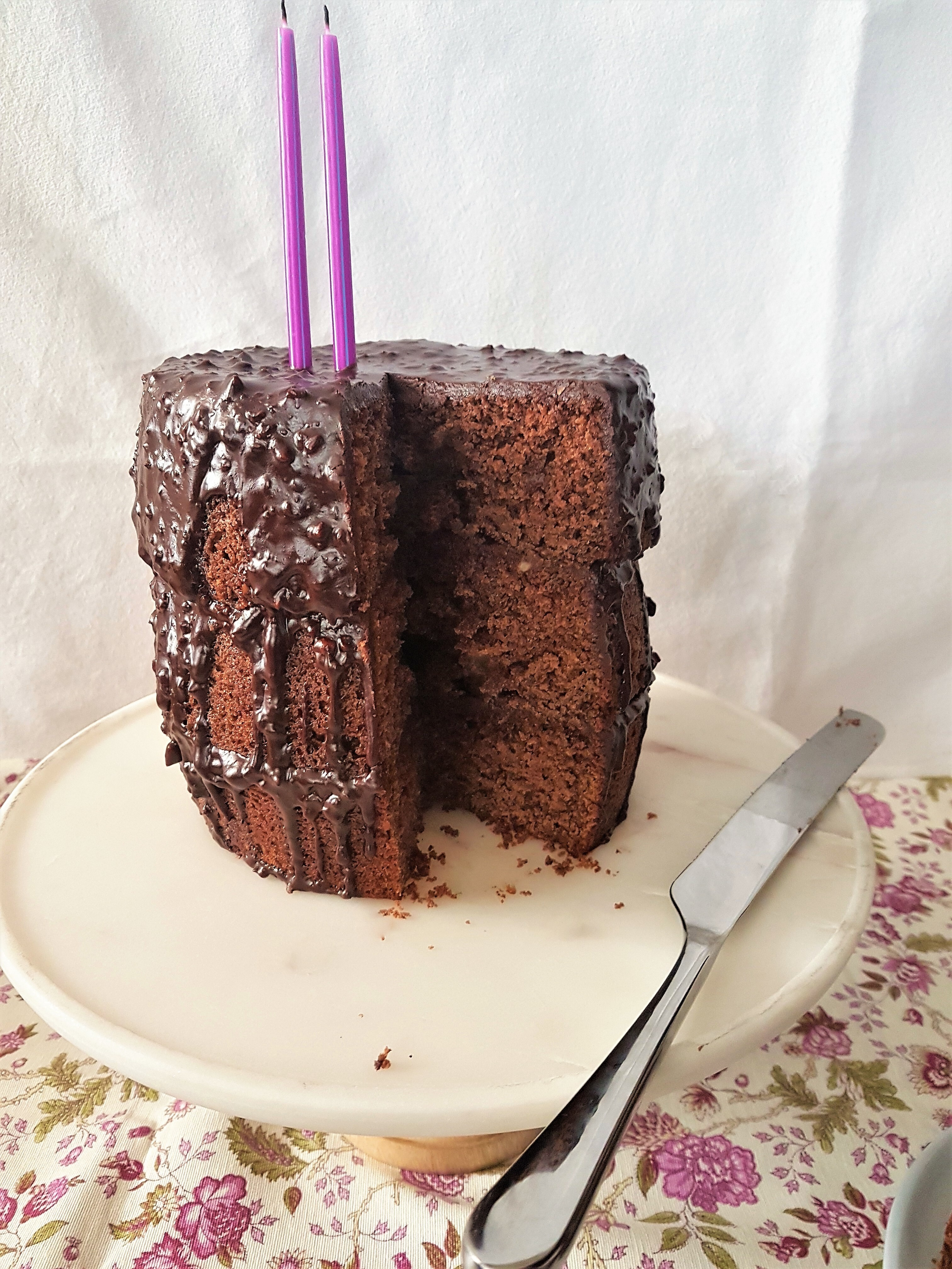 Para festejar pastel de chocolate y espresso con glaseado de chocolate y avellanas/ To celebrate a chocolate and espresso cake with a chocolate and hazelnut glaze
