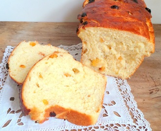 Grosse brioche façon pain au lait aux raisins secs (Big brioche with dried grapes)