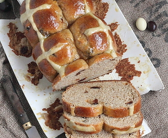 Hot cross brioche au seigle et raisins secs