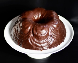 Chocolate bundt cake with a chocolate glaze / Bundt de chocolate com cobertura de chocolate.