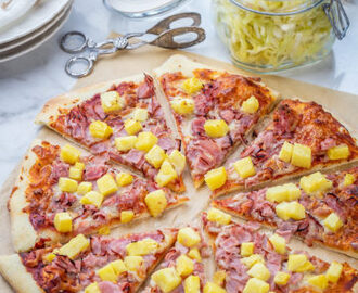 Titel: Pizza Hawaii - Recept - Tasteline.com