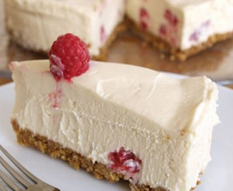 Cheesecake ai lamponi con yogurt greco.