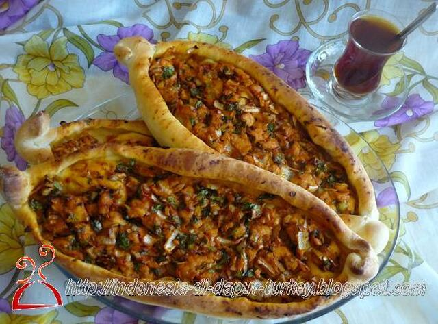 Tavuklu Pide (Pizza ala Turkey dengan topping daging ayam)
