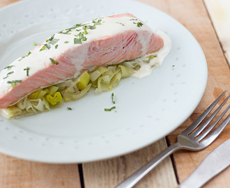 Salmon papillote with leek and estragon cream sauce