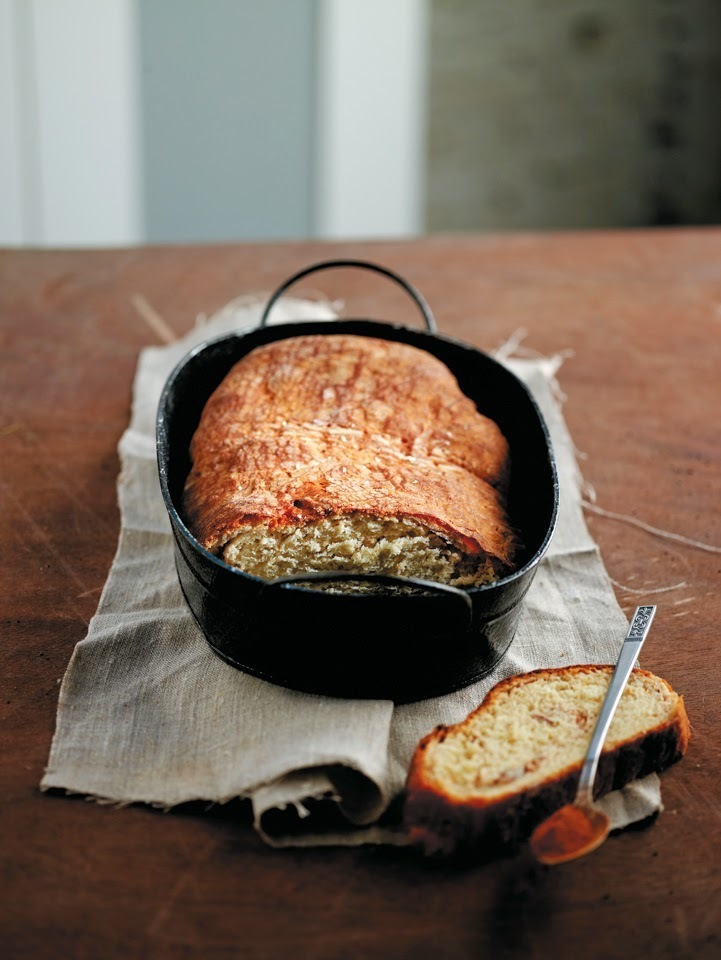 Honey, cinnamon and almonds sweet bread