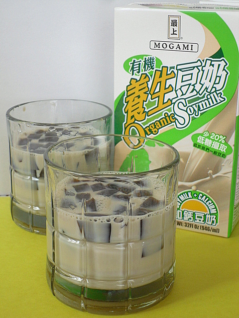 Herbal Grass Jelly with Soy Milk